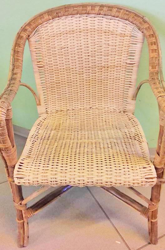 Fase finale dell'impagliatura di una sedia sedia