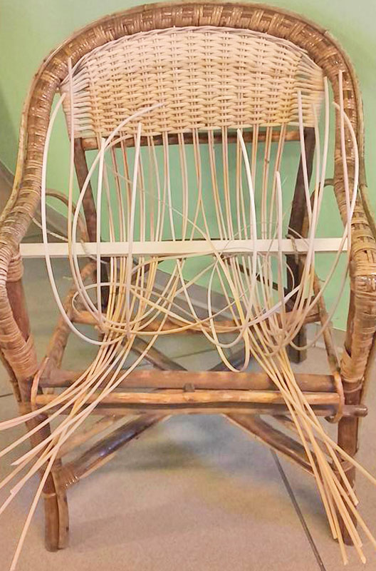 Fase iniziale dell'impagliatura di una sedia sedia