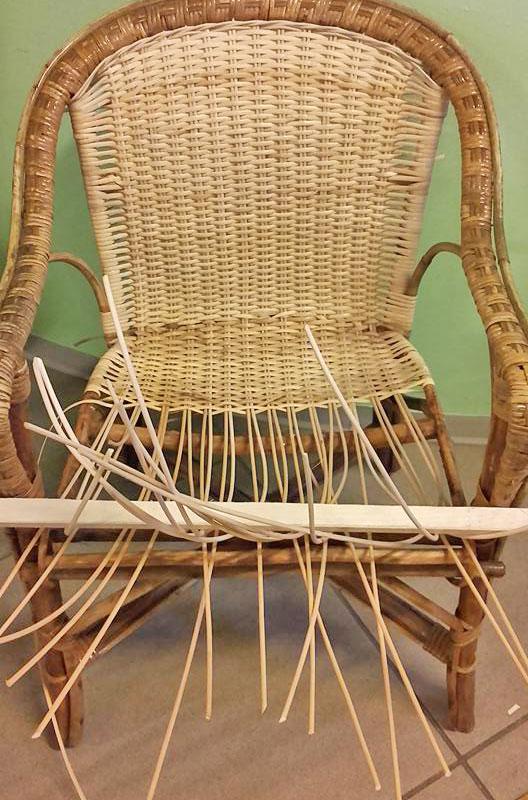 Fase intermedia dell'impagliatura di una sedia sedia